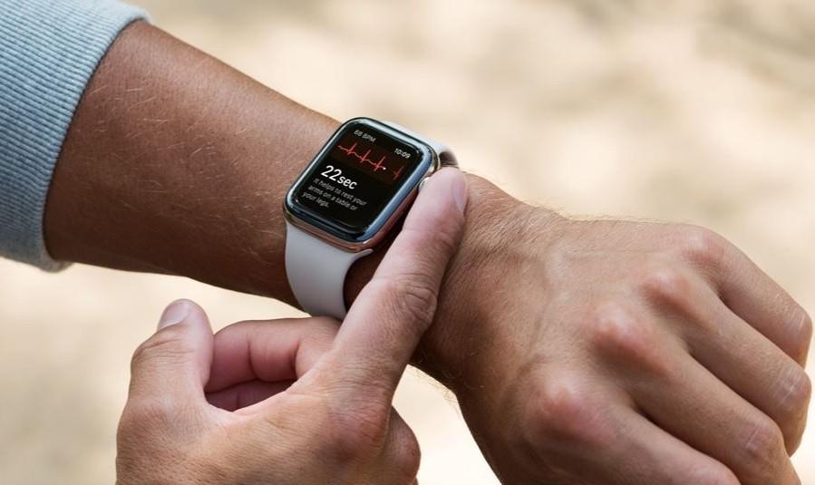 خاصية إكتشاف السقوط في الساعة الذكية Apple Watch تنقذ حياة إمرأة مسنة بعد حادث سيارة