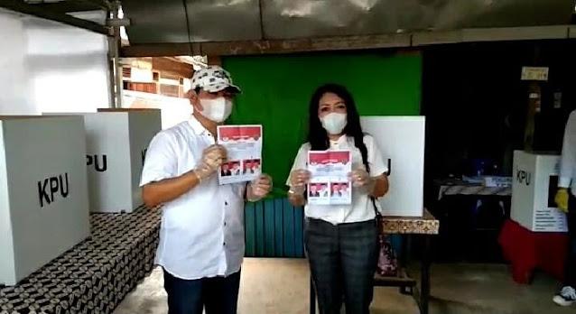 Bupati Bartim Didampingi Istri Gunakan Hak Suaranya Di TPS 01 Tamiang Layang
