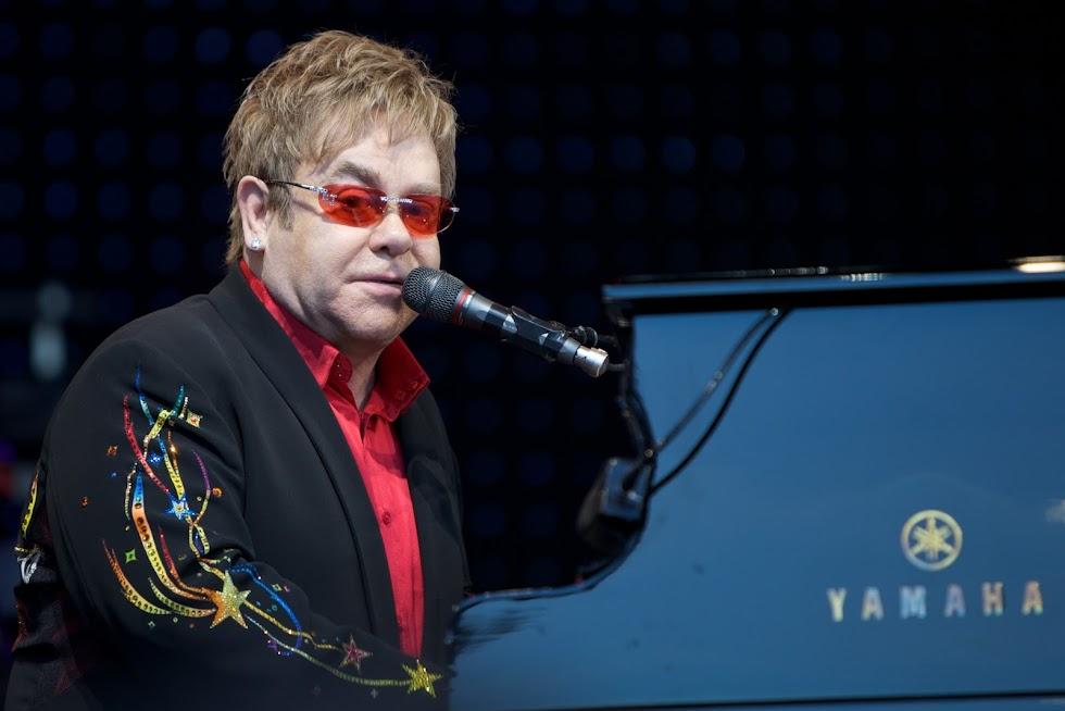 Ex-segurança processa Elton John por assédio sexual, diz site