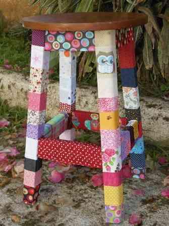 Banco de madeira decorado com retalhos de tecidos coloridos