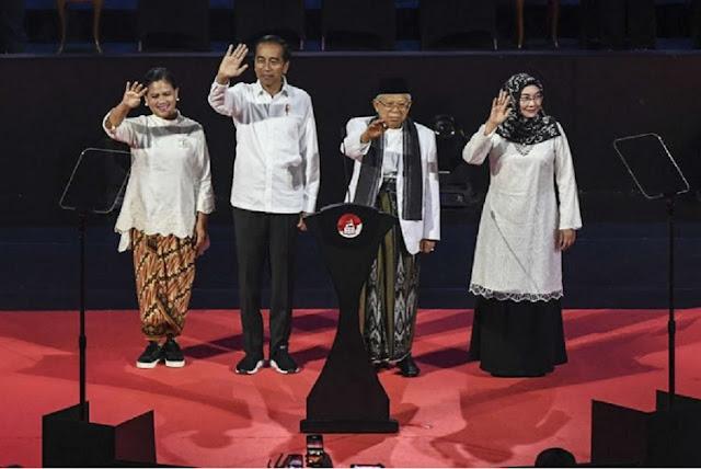 Mungkinkah Istri Jokowi Senaif Itu Memakai Sepatu Sneakers?