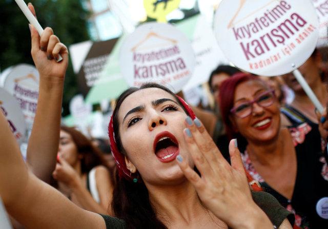 ΠΑΣΑ ΜΟΥ ΑΚΟΥΣ ?? Κωνσταντινούπολη: Πορεία εκατοντάδων γυναικών με σύνθημα «Μην Ασχολείσαι με το Ντύσιμό μου»