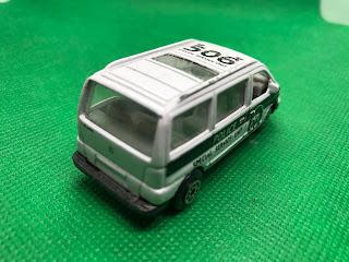 MERCEDES-BENZ V-CLASS のおんぼろミニカーを斜め後ろから撮影