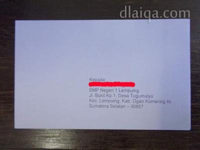 tulis nama dan alamat si penerima (bagian depan amplop)