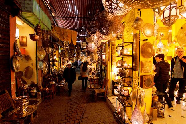 Zona de tiendas de lámparas en el zoco de Marrakech