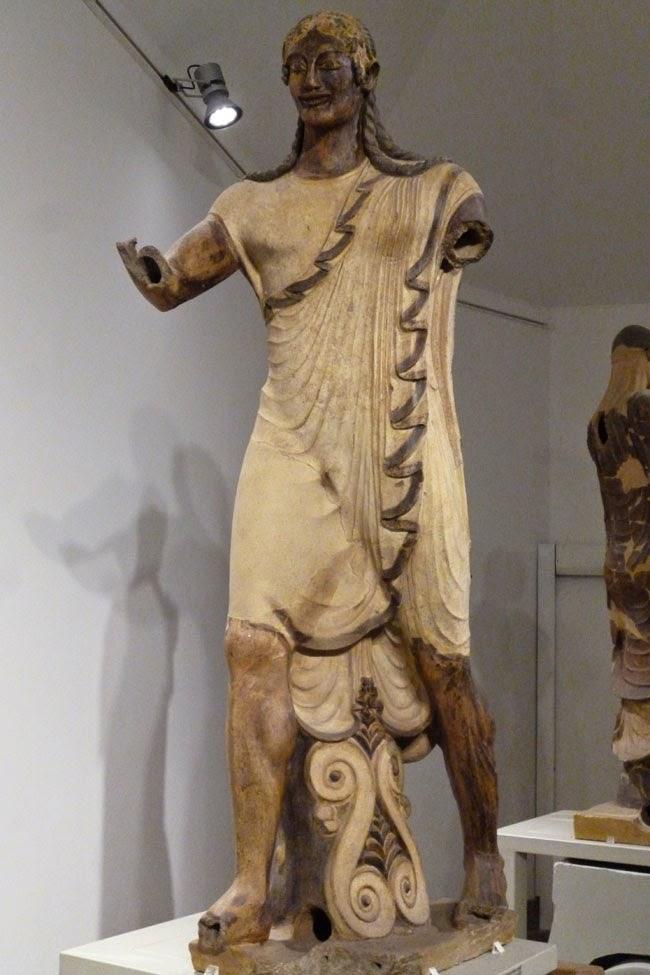 Escultura monumental de ceramica realizada pelos etruscos