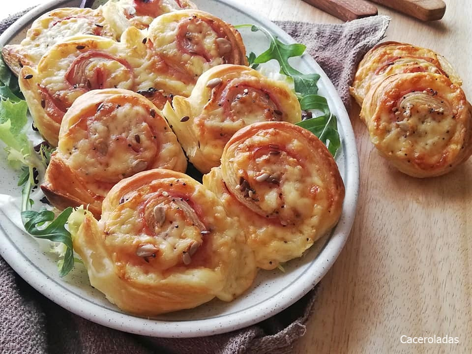 Rollitos salados de hojaldre rellenos de jamón y queso