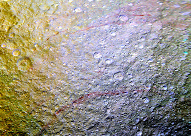 manchas vermelhas na lua de Saturno - Tétis