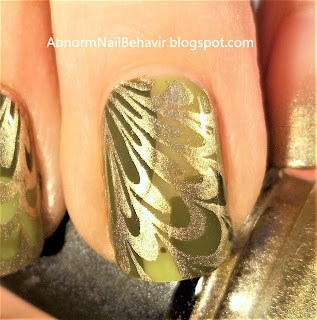 dry-marble-gold-and-green-nails