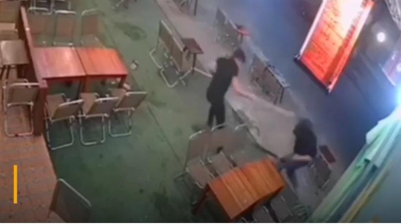 Nam thanh niên bị đánh gục ở quán cà phê