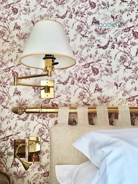 tête de lit et lampe de chevet dans la chambre du château de riell