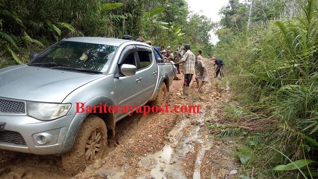 """Sedih Kondisi Jalan di Desa Muara Awang """"Rusak Parah"""". Demi Urat Nadi Warganya Perbaiki Secara Swadaya"""