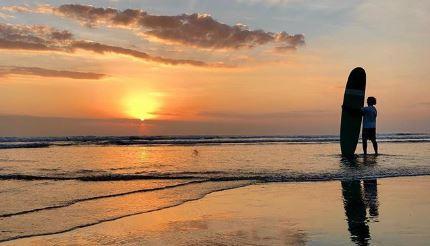 Kegiatan Surfing di Pantai Lovina