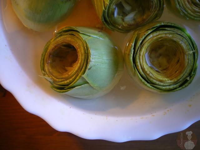 Guiso de alcachofas rellenas de chocos. Vaciado de las alcachofas