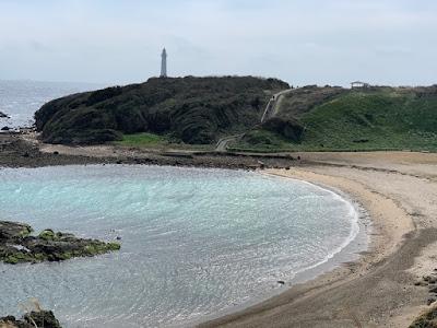 爪木崎の灯台と海水浴場