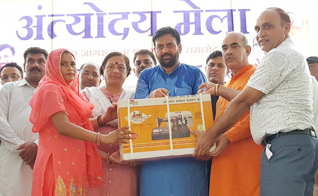 Balbaghar Employment and Labor Minister Naib Saini, MLA Moolchand Sharma and Border Trikha distributed sewing machine