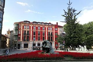 Una de las muchas estatuas de Oviedo.
