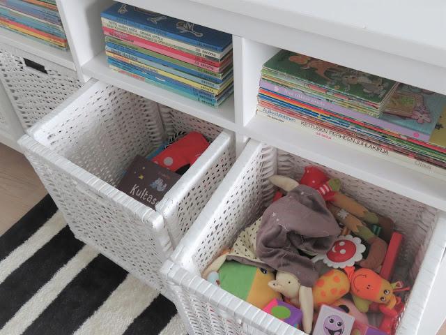 Ensimmäisiä leluja ja kirjoja laatikoissa odottamassa leikkijää