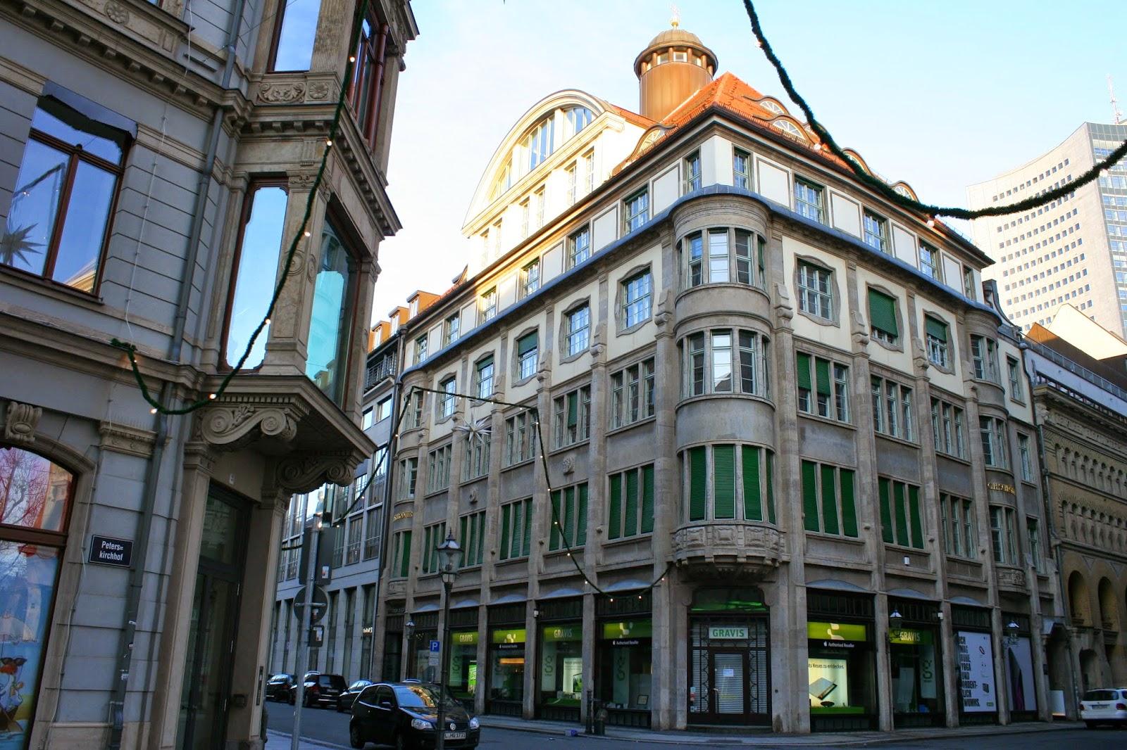 Das Schrödterhaus befindet sich am Neumarkt in der Innenstadt und wurde 1912/13 erbaut - der Kaufmann G.H. Schrödter (Inhaber eines Möbel- und Damastgeschäftes) ließ das Gebäude erbauen