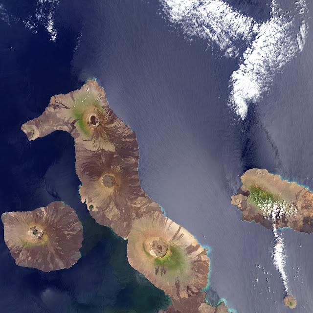 Hình ảnh này được thực hiện bởi công cụ ảnh viễn thám MODIS chụp từ vệ tinh Aqua của NASA vào năm 2002. Đây là hòn đảo lớn nhất của quần đảo Galapagos, đảo Isabela trông giống như một con cá ngựa. Hòn đảo này được hình thành từ sự phun trào núi lửa xảy ra cách đây hàng triệu năm.