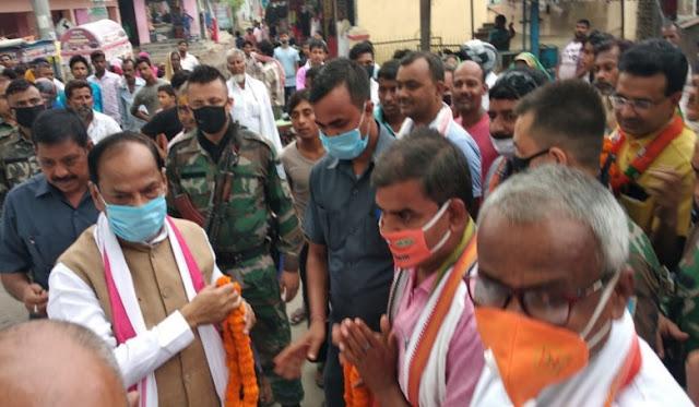 पिताम्बर चौक के समीप तीन दिवसीय दौरा जनसंवाद के दौरान झारखंड के पूर्व मुख्यमंत्री:- रघुवर दास