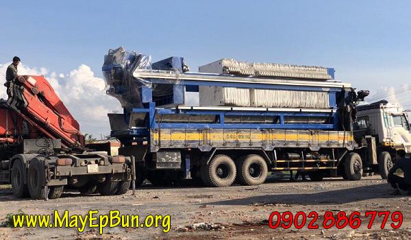 Máy ép bùn khung bản Việt Nam do Vĩnh Phát chế tạo đang chuyển đến khách hàng bằng xe tải lớn