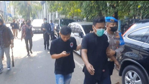 Geger Pelaku Narkoba Coba Lari dari Kantor Polisi Sambil Nyeker