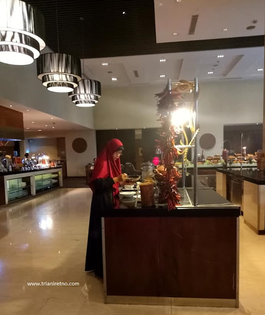 makan di hotel hilton bandung