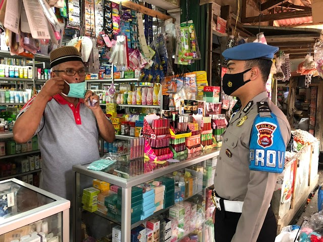 Polda Banten Bagikan 12.000 Masker di Pasar Baros