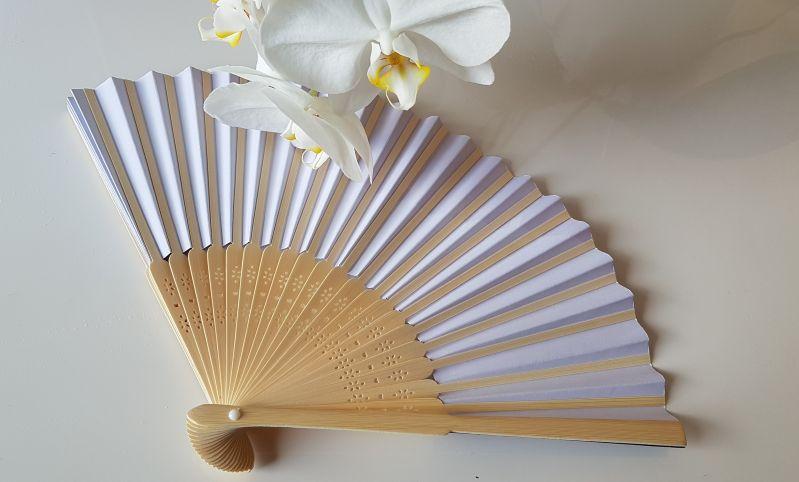 Ein Fächer rettet Dich bei großer Hitze in geschlossenen Räumen