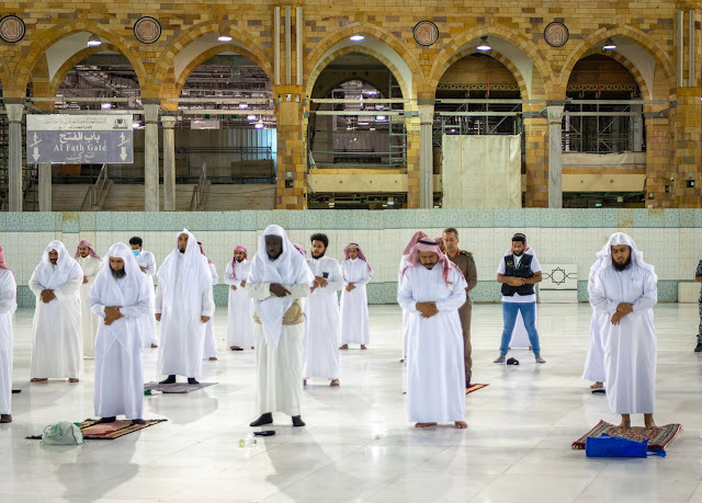 'Physical Distancing' Saat Shalat Tarawih di Masjidil Haram