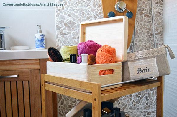 Cajas de madera en el baño