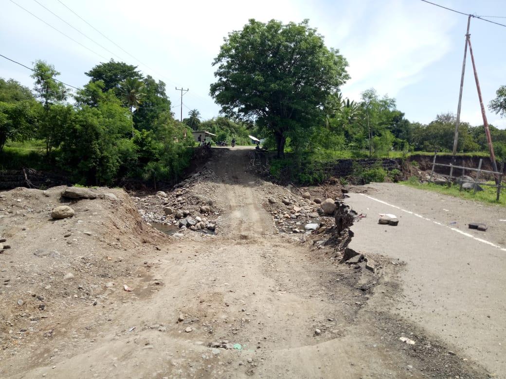 jalan rusak di maumere