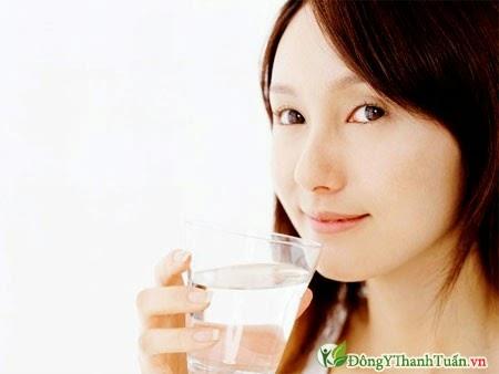 Uống nước là cách giảm đau lưng