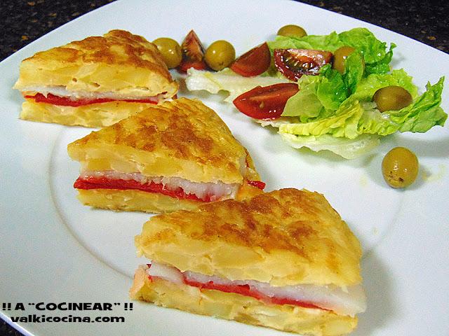 Tortilla de patatas rellena de bacalao y piquillos