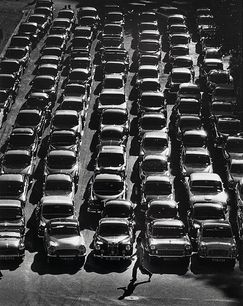 "Foto: Yau Leung - ""Car Park"", 1960-70s. // imagenes chidas, historicas, bellas, old hong kong, blanco y negro, cool pictures, vintage photos."
