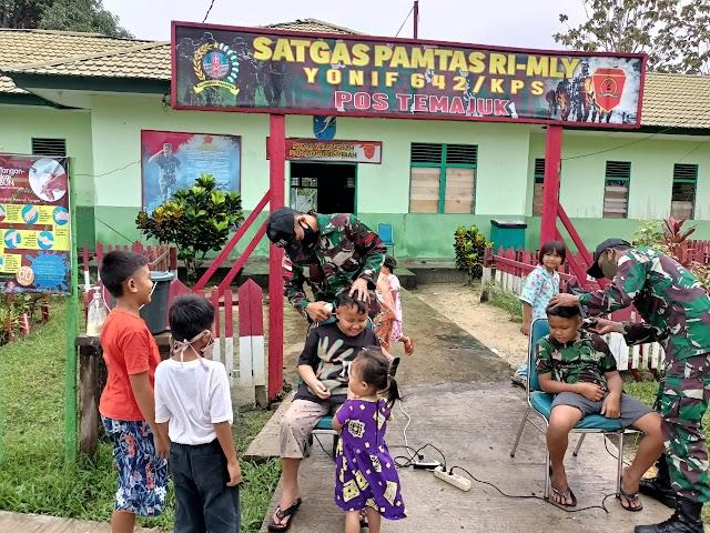 Cukur Rambut, Anak-Anak Datangi Pos Pamtas Yonif 642/Kps.