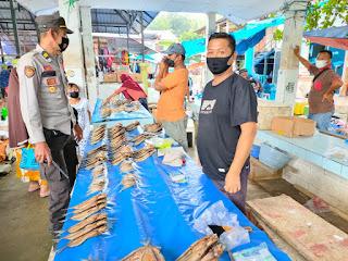 Terapkan Protokol Kesehatan, Kapolsek Cendana Polres Enrekang Patroli Di Pasar Kabere
