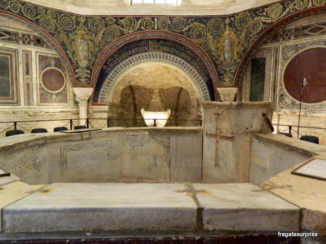 Mosaicos bizantinos no Batistério Neoniano de Ravena, Itália