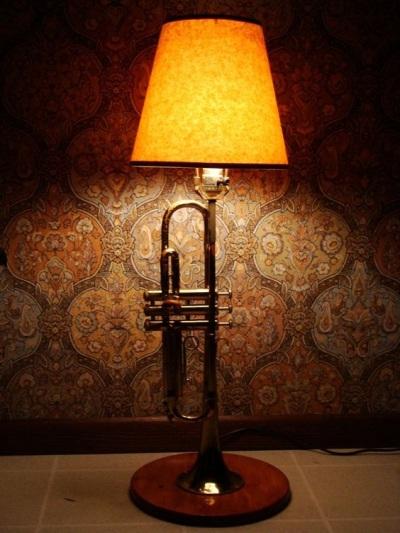 Lampu terbuat dari alat musik terompet