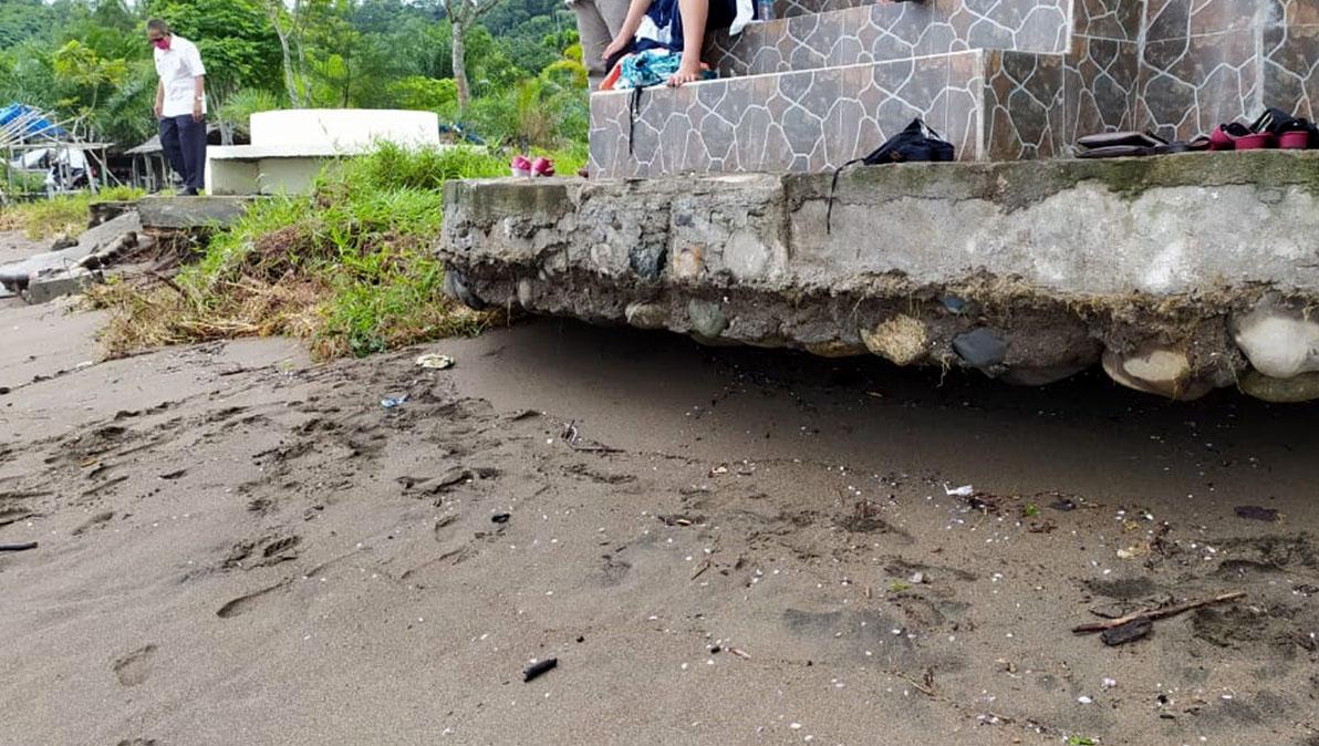 Sebuah bangunan ambruk dihempas ombak yang terjadi Air Bangis, Kabupaten Pasaman Barat