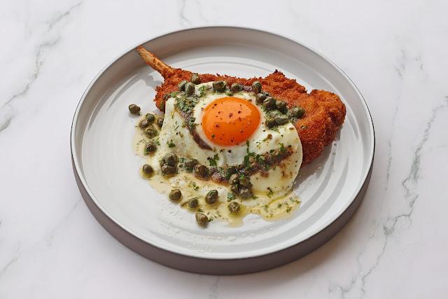 Συνταγή για Χοιρινή Κοτολέτα αλά Μιλανέζε με Αυγό, Αντζούγιες και Κάπαρη