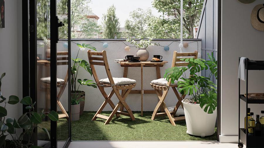 Balcón pequeño con muebles de madera resistentes