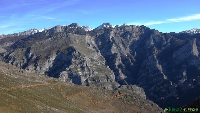 Vistas hacia el Cantu Cabroneru desde el Camín del Llaciu