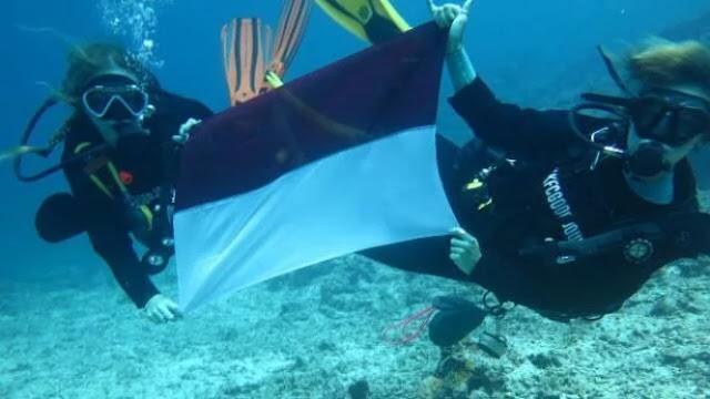 Keseruan Peringatan HUT RI di bawah laut Lombok