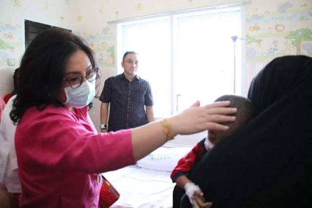 Belai Kepala Dion Sambil Menatap Sedih, Ibu Rita Bantu Biaya Pengobatan Leukemia Dion