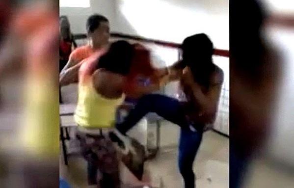 Alunas em luta corporal dentro de sala de aula