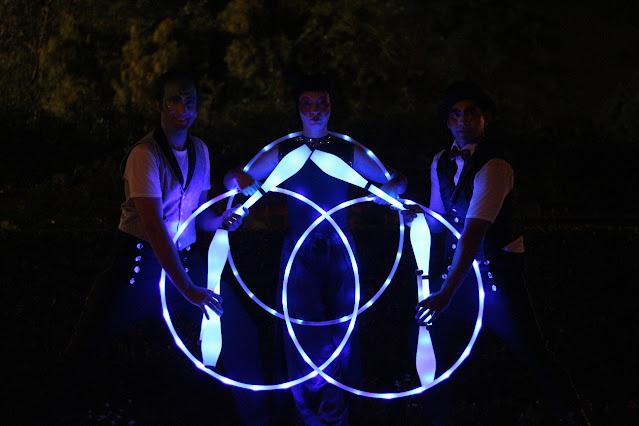 Atração de abertura com os malabaristas led de Humor e Circo formando a logo da empresa Thyssenkrupp com os elementos de luz durante a apresentação.