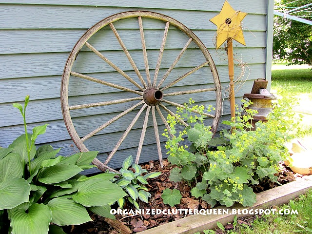 Backdrops for Junk Gardens & Foundation Plantings #junkgarden #gardenjunk #buggywheels #vintage