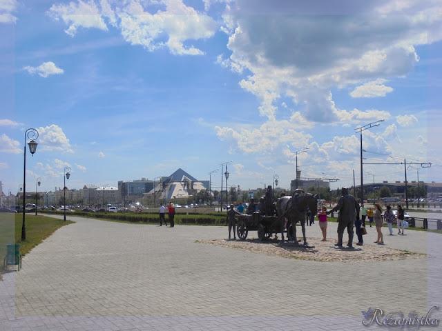 памятники возле Кремля